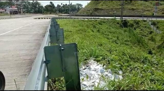 Beredar Temuan Limbah Rapid Test COVID-19 Berceceran di Tepi Jalan Tol Bakauheni (737567)