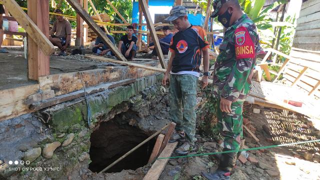 Foto: Penampakan Lubang Sedalam 4 Meter yang Muncul di Rumah Warga di Mamuju (1051110)