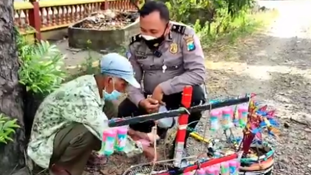 Momen Kakek Menangis Dagangannya Diborong Polisi, Tangan Gemetar Terima Rp5 Juta (123678)