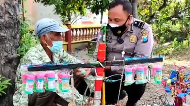 Momen Kakek Menangis Dagangannya Diborong Polisi, Tangan Gemetar Terima Rp5 Juta (123679)