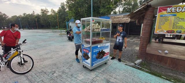 Komunitas Sepeda dan Lanud Iskandar Sediakan Makanan Gratis Setiap Jumat (1042911)