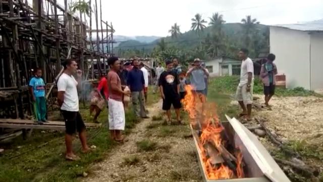 Keluarga Korban COVID-19 di Banggai Kepulauan, Sulteng, Bakar Peti Jenazah (782998)
