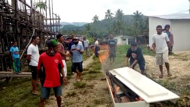 Keluarga Korban COVID-19 di Banggai Kepulauan, Sulteng, Bakar Peti Jenazah (782999)
