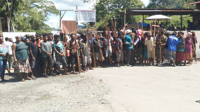 Massa Erdi Dabi Ancam Palang Jalan Trans Papua Elelim-Jayapura (50751)