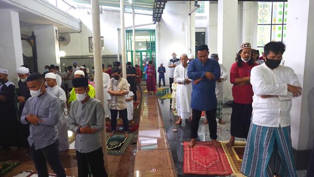 Foto: Salat Idul Adha Terbatas di Masjid Agung Palembang (45627)