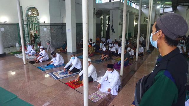 Foto: Salat Idul Adha Terbatas di Masjid Agung Palembang (45628)