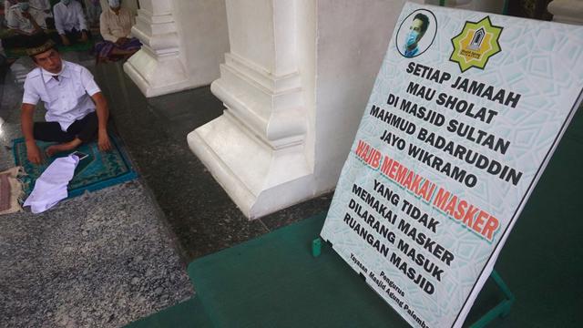 Foto: Salat Idul Adha Terbatas di Masjid Agung Palembang (45629)