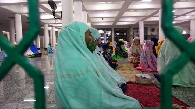 Foto: Salat Idul Adha Terbatas di Masjid Agung Palembang (45630)