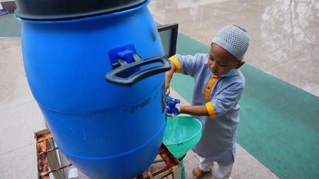 Foto: Salat Idul Adha Terbatas di Masjid Agung Palembang (45631)