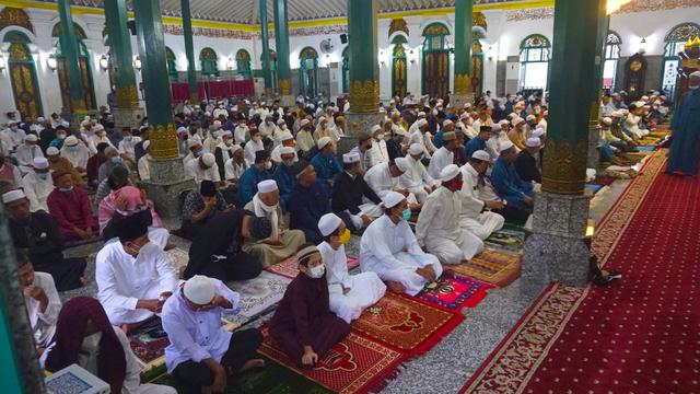 Foto: Salat Idul Adha Terbatas di Masjid Agung Palembang (45632)