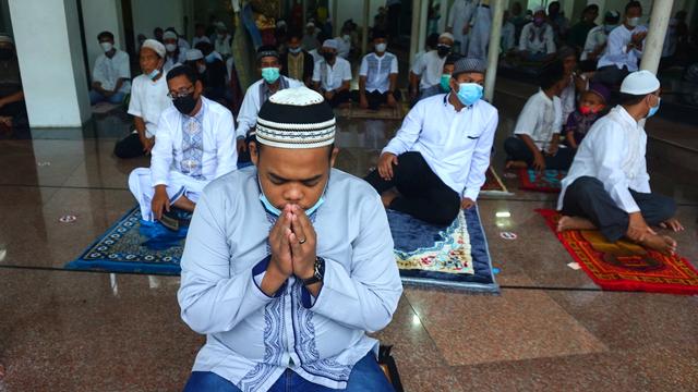 Foto: Salat Idul Adha Terbatas di Masjid Agung Palembang (45633)