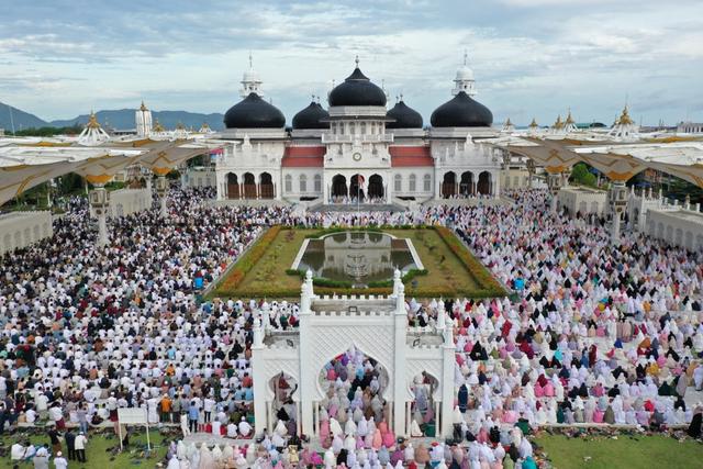 Foto Udara: Suasana Salat Idul Adha di Masjid Terbesar Aceh (60660)