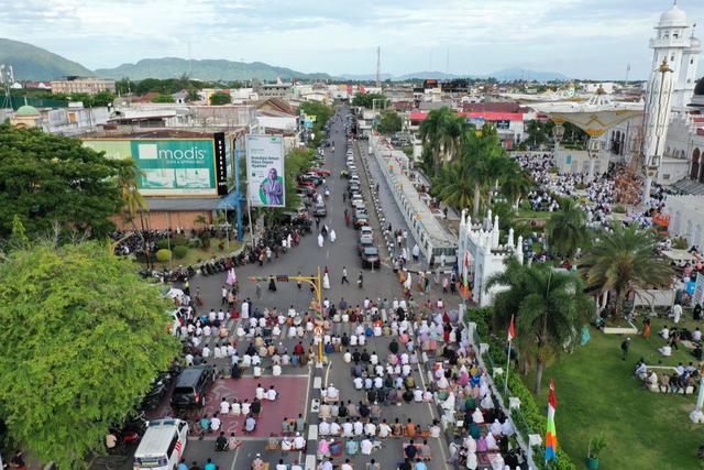 Foto Udara: Suasana Salat Idul Adha di Masjid Terbesar Aceh (60665)