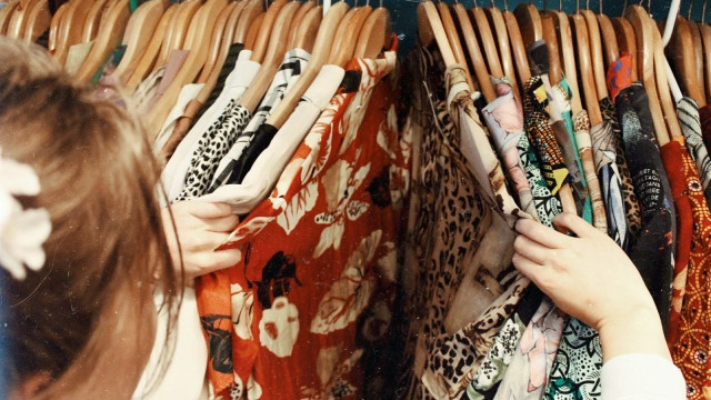 6 Tips Mencuci Baju Thrift Agar Bebas dari Kuman Membandel (90043)