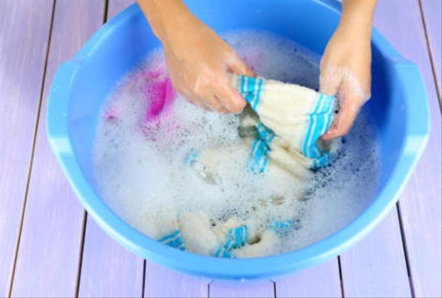 6 Tips Mencuci Baju Thrift Agar Bebas dari Kuman Membandel (90044)