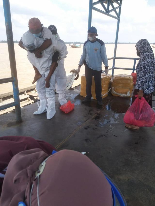 Viral, Aksi Heroik Polisi di Riau Gendong Pasien Positif COVID-19 ke RSUD (284826)