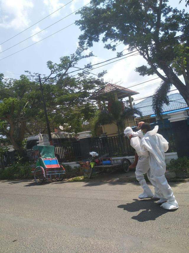 Viral, Aksi Heroik Polisi di Riau Gendong Pasien Positif COVID-19 ke RSUD (284827)
