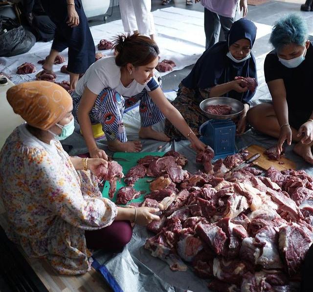 Momen Ayu Ting Ting Jadi Tukang Potong Daging Kurban, Gayanya Curi Perhatian (27952)