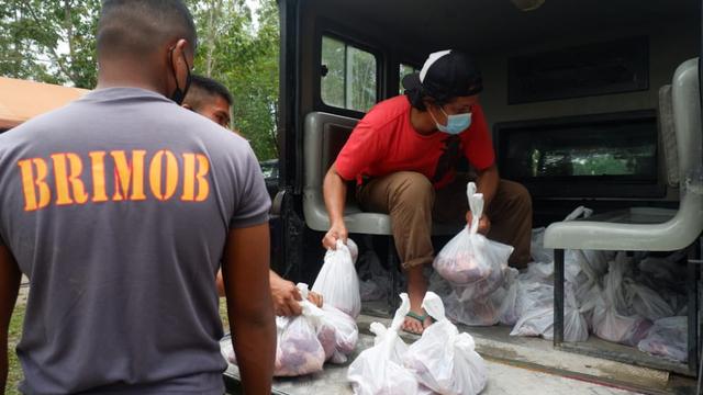 Foto: Idul Adha, Brimob Polda Sultra Bagikan 560 Kantong Daging Sapi  (707617)