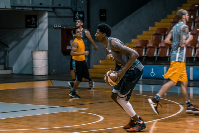 Cara Melakukan Bounce Pass dalam Basket (492144)
