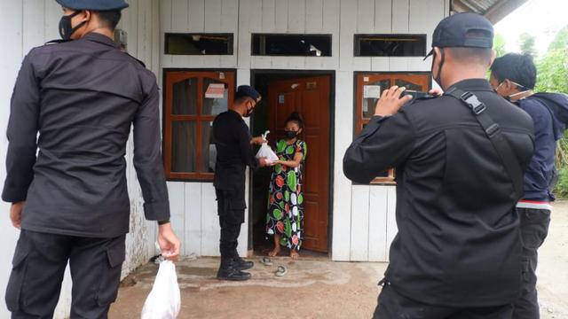 Foto: Idul Adha, Brimob Polda Sultra Bagikan 560 Kantong Daging Sapi  (707620)