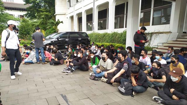 Buntut Demo Tolak PPKM di Bandung: 170 Ditangkap; 7 Orang Positif COVID-19 (82587)
