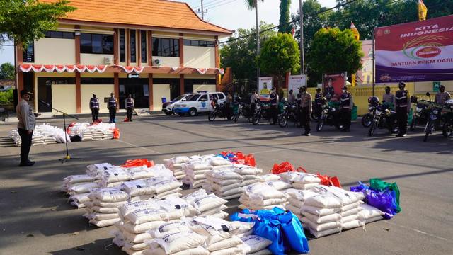 Polisi Bojonegoro Salurkan Bansos 3 Ton Beras bagi Warga Terdampak COVID-19 (367951)