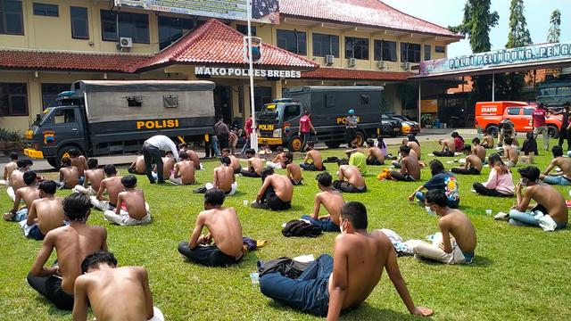 Video: Puluhan Remaja yang Akan Demo Tolak PPKM di Alun-alun Brebes Diamankan (102)