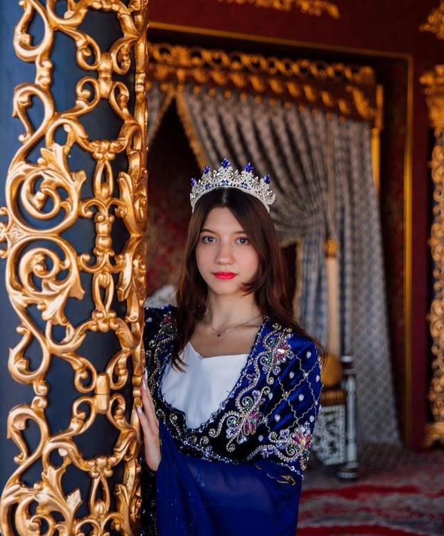 9 Gaya Pemotretan Cassandra Lee Bertema Kerajaan, Memesona Bak Putri Raja (90049)