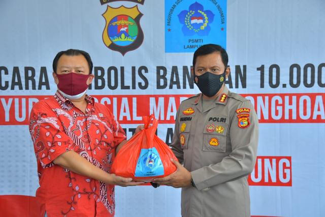 Polda Lampung Terima Paket Sembako untuk Masyarakat yang Terdampak PPKM Level 4 (39159)