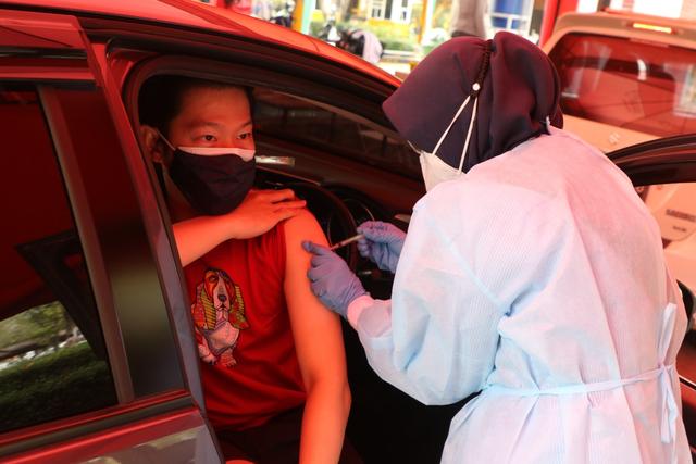 Ubaya dan Polrestabes Surabaya Gelar Vaksinasi Drive Thru Usia 12-17 Tahun (52293)