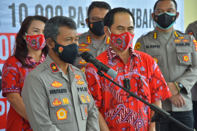 Polda Lampung Terima Paket Sembako untuk Masyarakat yang Terdampak PPKM Level 4 (39161)