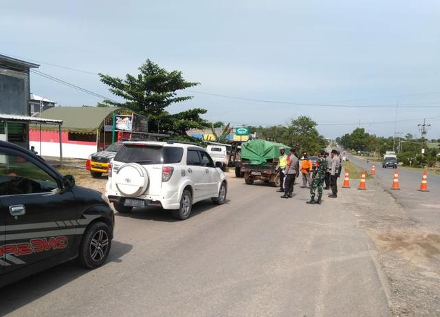Petugas Gabungan Perketat Pos Penyekatan PPKM di Desa Karang Mulya (496439)