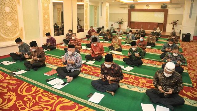 Lawan Corona, Sekda Aceh Pimpin Zikir dan Doa secara Virtual (39257)