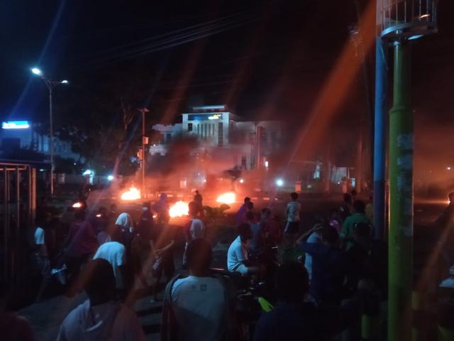 Manokwari Memanas, Warga Bakar Ban di Tengah Jalan (42341)
