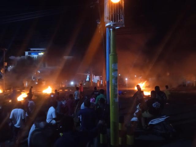 Manokwari Memanas, Warga Bakar Ban di Tengah Jalan (42342)