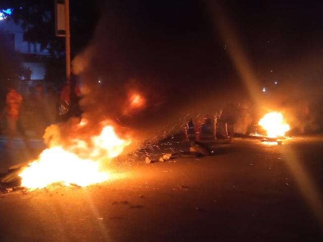 Manokwari Memanas, Warga Bakar Ban di Tengah Jalan (42343)