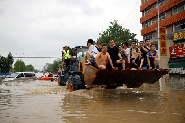 Foto: Alat Berat Evakuasi Warga Terdampak Banjir di Henan, China (70661)
