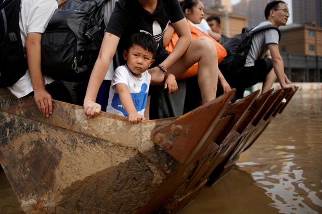 Foto: Alat Berat Evakuasi Warga Terdampak Banjir di Henan, China (70662)