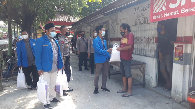 Polisi Bojonegoro Bagikan Bantuan pada Pelaku UKM dan Ojek Online (814156)