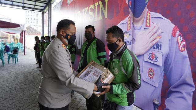 Polisi Bojonegoro Bagikan Bantuan pada Pelaku UKM dan Ojek Online (814157)