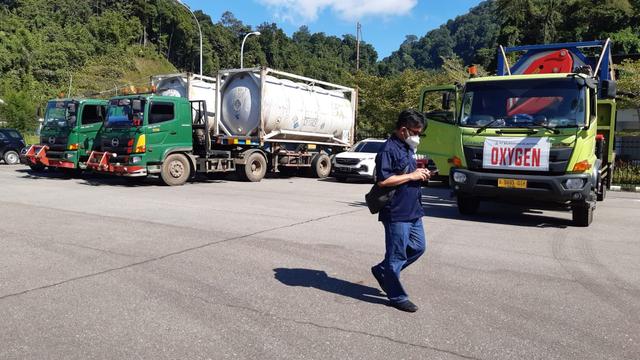 Truk Pengangkut 45 Ton Oksigen dari Malaysia untuk Kalbar Sudah di Perbatasan (1177250)