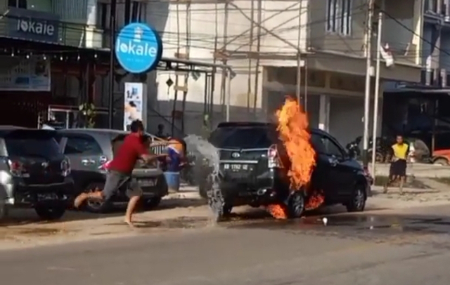 Toyota Avanza Hitam Terbakar di Depan Lokale Sekadau (282776)