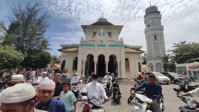Foto: Salat Jumat di Masjid Ulee Lheu, Tempat Bersejarah di Banda Aceh  (743702)