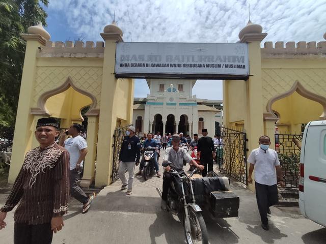 Foto: Salat Jumat di Masjid Ulee Lheu, Tempat Bersejarah di Banda Aceh  (743705)