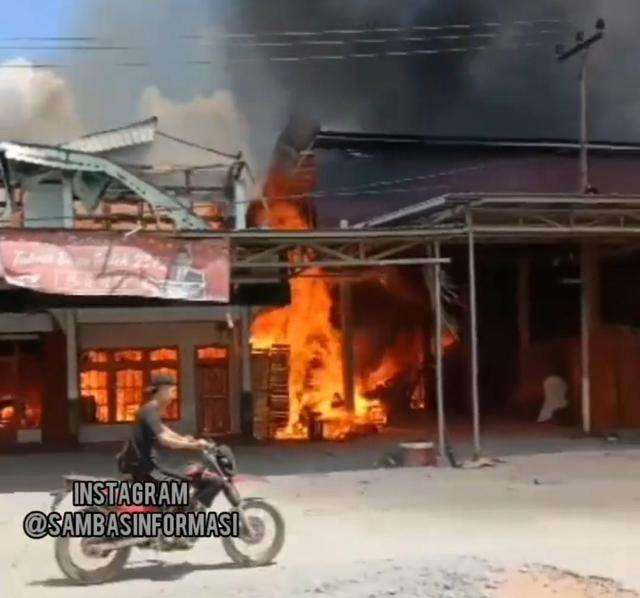 Rumah Anggota DPRD di Kalbar Ludes Terbakar (9860)