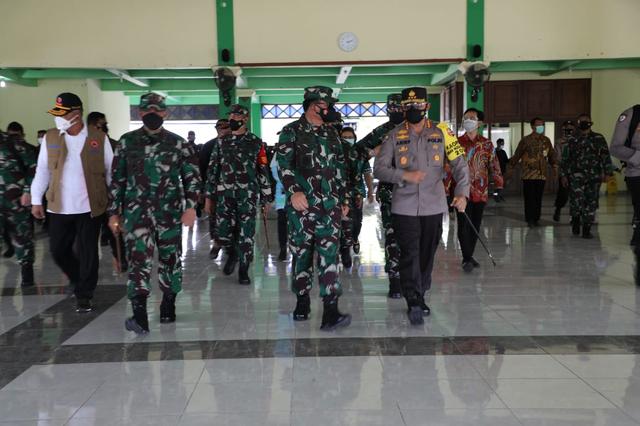 Panglima TNI Kembali Sambangi Solo Tengok Isolasi Pasien Corona, Disambut Gibran (957699)