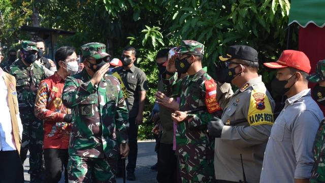 Panglima TNI Kunjungi Warga yang Jalani Isolasi Terpusat di Kota Solo (116105)