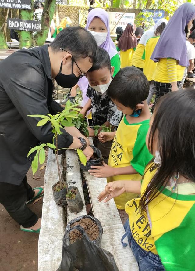 Ajak Anak Cinta Lingkungan Taman Bacaan Aksi Program 1 Anak 1 Pohon  (326362)