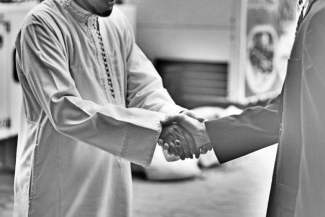 Arti Assalamualaikum Warahmatullahi Wabarakatuh dan Adab-adab Mengucapkannya (721442)